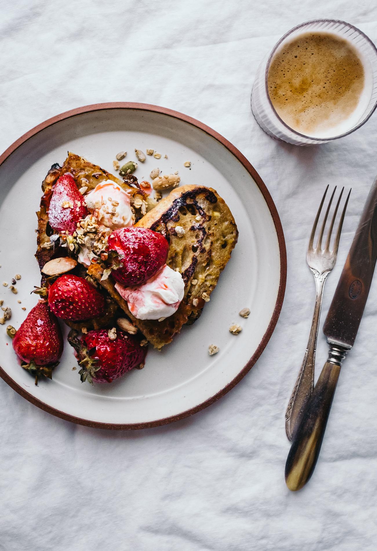 Frech Toast mit gerösteten Erdbeeren