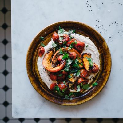 Rezept für ein köstliches Hummus mit Tomaten und Kürbis getippt