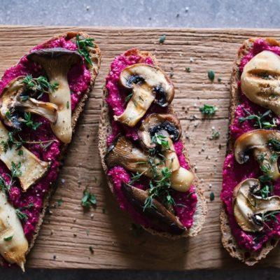 Mags-Frisch-Rezept-Stulle-mit-Randen-Cashewmus-und-Pilzen